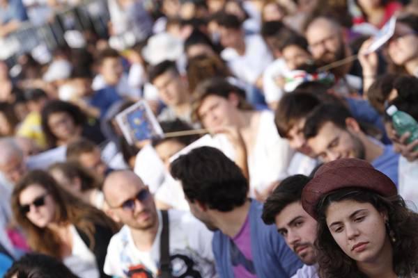 Un momento del quarto raduno dei Giovani per la Pace in piazza del Plebiscito a Napoli, 04 ottobre 2014. ANSA/CESARE ABBATE